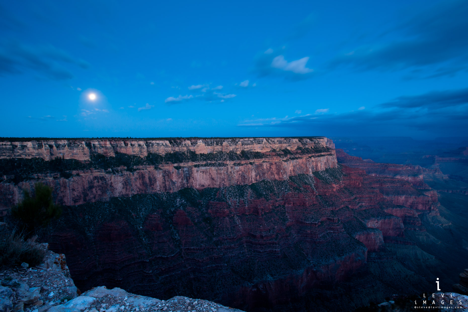 Moon setting at sunrise. Grand Canyon NP